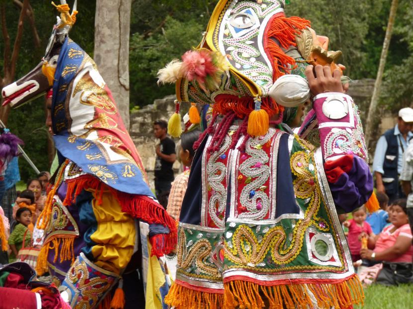 Bailarines con vestimentas mayas típicas