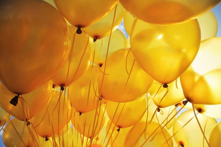 Globos amarillos con colores cálidos