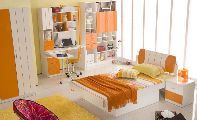Habitación decorada con colores cálidos