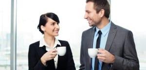 Compañeros de oficina mantienen una charla