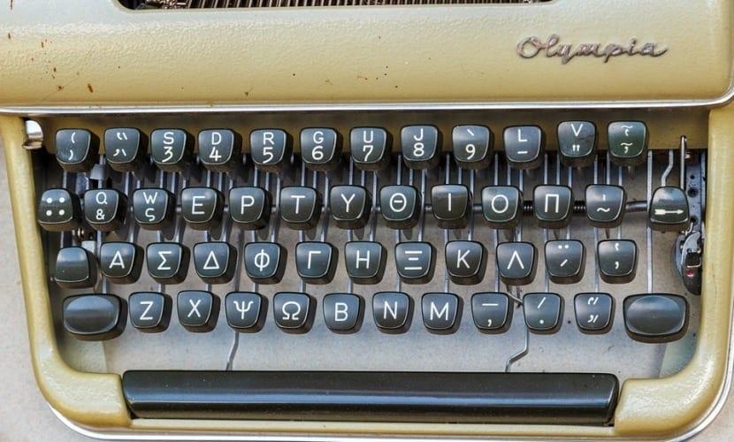 Máquina de escribir con alfabeto griego